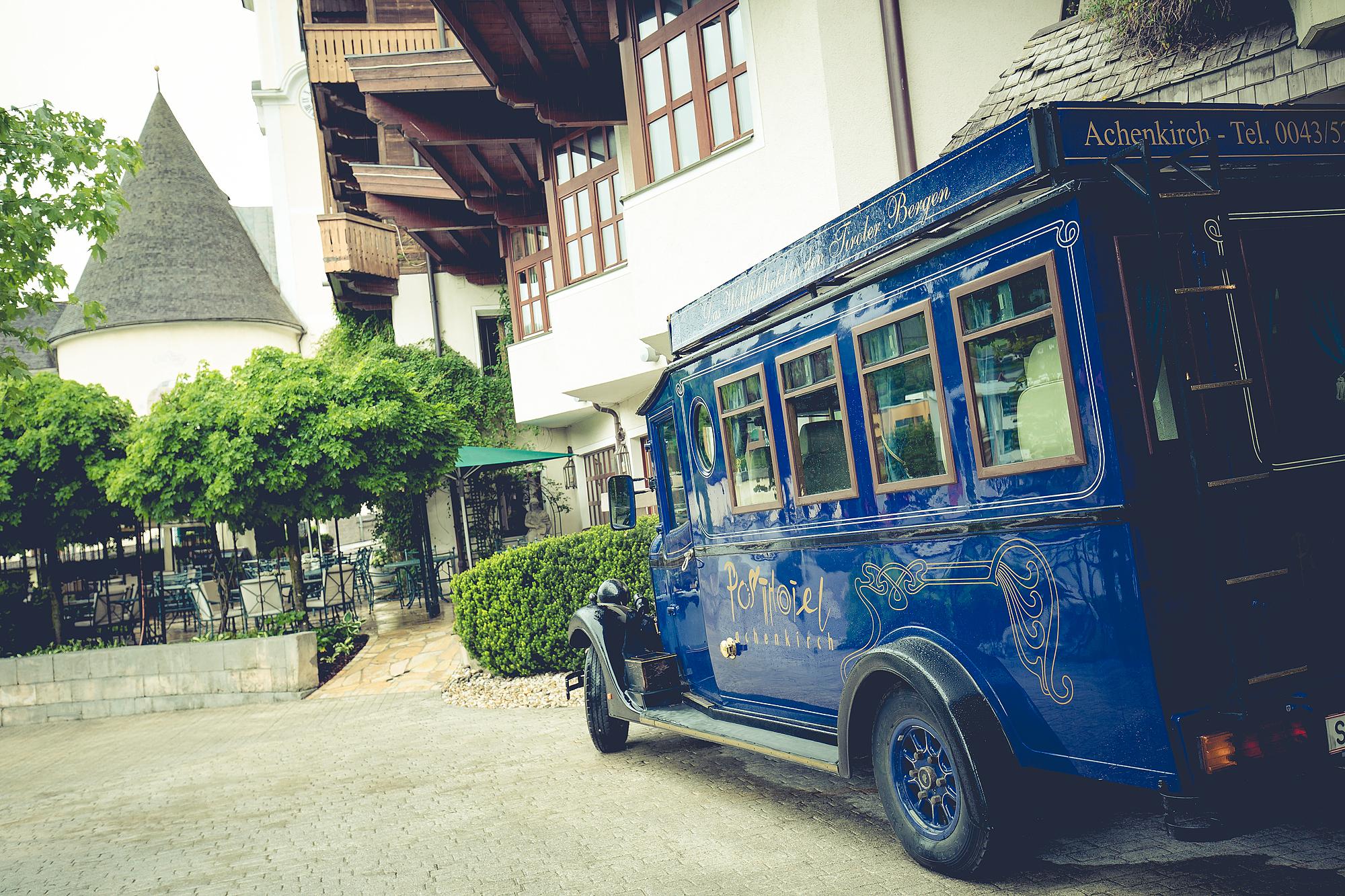 blauer Bus vor Hoteleingang
